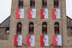Karneval in Köln mit Blaskapelle im Gardekostüm in den Fensterbögen der Severinstorburg
