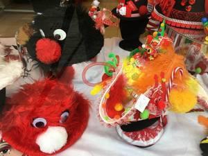 Karnevals-Dekoration: Hüte und Masken in Köln