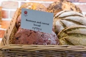 Karotten-/Rote Beete Brot in einem Weidenkorb
