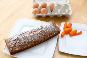 Karottenkuchen und die zwei wichtigsten Zutaten, Karotten und Eier