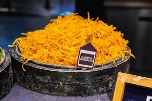 Karottennudeln in einer schwarzen Holzschüssel