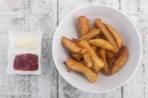 Kartoffel-Wedges mit Ketchup und Majo