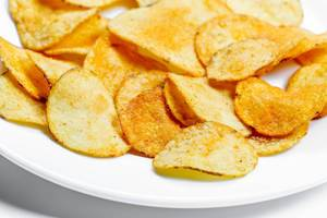 Kartoffelchips auf einem weißen Teller