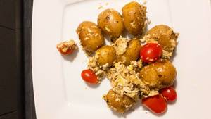 Kartoffeln, Rührei und Cherrytomaten