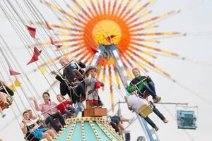 Karussell und Riesenrad im Hintergrund - Oktoberfest 2017