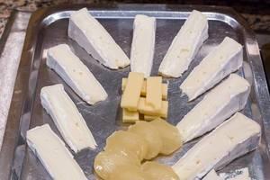 Käseplatte mit Edamer und Brie Käse