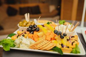 Käseplatte mit Oliven, Blue Dor, Kekse und weiteren Käsesorten