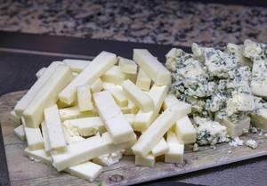 Käsespezialitäten an einem Buffet - Ziegenkäse und Blauschimmelkäse