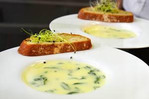 Käsesuppe mit Mikrogreens