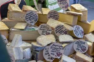 Käsetheke mit Hart- und Weichkäse aus der Schweiz, Italien, Holland und Deutschland