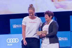 Katharina und Oma Anni von Kuchentratsch lachen bei Ihrer Rede auf der Bühne des Bits & Pretzels Festival in München