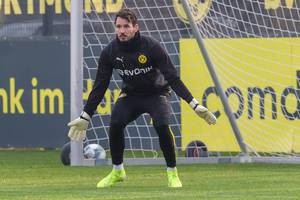 Keeper Roman Bürki from Borussia Dortmund ready to defend his goal