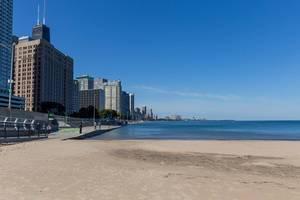Keine Menschen am Strand beim Ohio Street Beach in Chicago an einem sonnigen Tag in Oktober