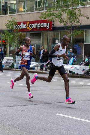 Kenyan Dickson Chumba running the 2019 Chicago Marathon in blue-orange Nike outfit and Nike ZoomX Vaporfly Next% shoes