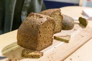Ketobrot, das Omega3 Brot auf einer Holz-Schneidebrett an Fibo-Messe Köln