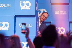 Kevin Spacey betritt vorsichtig die Bühne