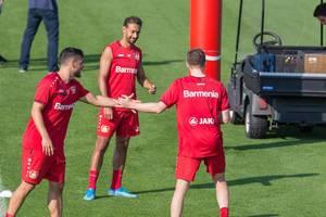 Kevin Volland, Karim Bellarabi und Fußballspieler mit Tattoo beim Fußballtraining