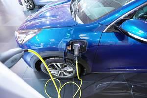 Kia Niro Plug-in-Hybrid-Elektrofahrzeug bei einer Ladstation auf der Automesse in Bukarest