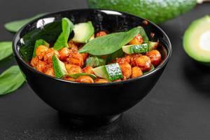Kichererbsen in Tomatensoße, Avocadostücken und Spinat