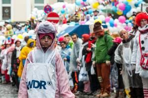 Kind mit Kamellebeutel auf Rosenmontagszug