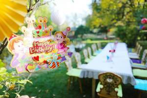 Kindergeburtstagsfeier im Garten auf einer grünen Wiese
