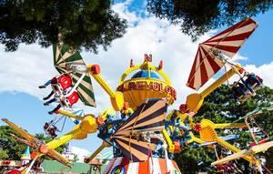 Kinderkarussell mit fliegenden Drachen in Vergnügungspark