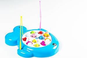 Kinderspiel zum angeln von bunten Fischen aus Plastik - Schale in Fischform mit zwei Angeln und 12 Fischen