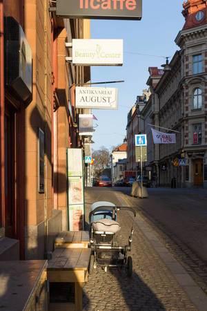 Kinderwagen vor einem Antiquitätengeschäft - Stockholm, Schweden