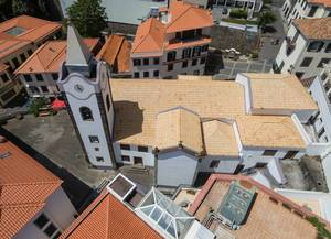 Kirche auf Madeira aus der Vogelperspektive (Drohnenfoto)