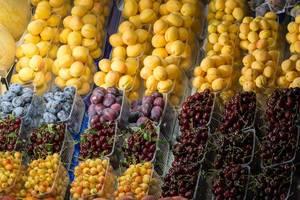 Kirschen, Pflaumen und Aprikosen am Danilovsky Market in Moskau