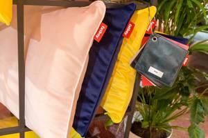 Kissen von Fatboy in unterschiedlichen Farben mit Stoff- und Farbmustern