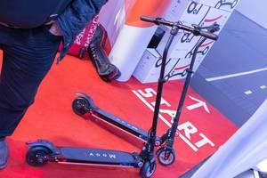 Klappbare elektrische Kickboards von Moovi mit Bremse und Stehfläche stehen auf Start