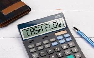 """Klassischer Taschenrechner zeigt """"Cash Flow"""" auf dem Display"""