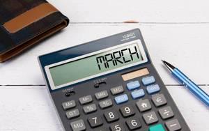 """Klassischer Taschenrechner zeigt """"March"""" auf dem Display"""