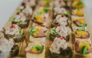 Kleine Appetitanreger mit Fleisch, Wurst und Aufstrich