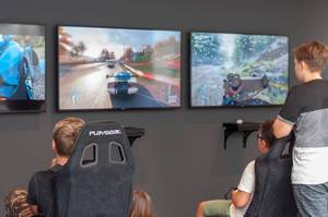 Kleine Jungs zocken ein Rennspiel auf der Xbox One
