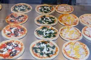 Kleine Pizzen mit Mais, Spinat und Aubergine