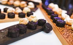 Kleine Schokoladen und Vanille Cupcakes auf Holzbrettern Nahaufnahme