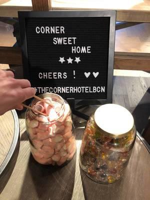 """Kleine Snacks To-Go in Einmachgläser für die Gäste des """"The Corner Hotel"""" in Barcelona, Spanien"""