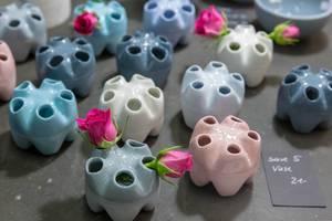 Kleine Vasen für bis zu 5 kurze Blumen in verschiedenen Farben