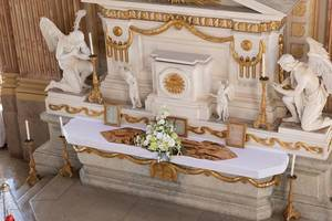 Kleiner Altar in der Kirche von Schloss Slavkov in Austerlitz, Tschechien