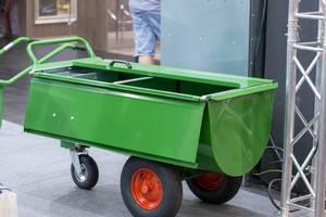 Kleiner, grüner Transportwagen mit drei Rädern