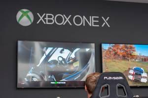 Kleiner Junge zockt ein Rennspiel auf der Xbox One X