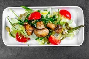 Kleiner Salat mit Spargel, Tomaten und Pilzen, aus der Sicht von oben