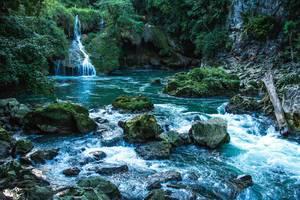 Kleiner Wasserfall in den Cahabon River in Guatemala mit Felsen, Moos und Dschungel