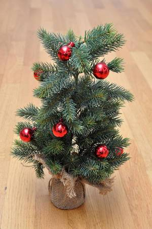 Kleiner Weihnachtsbaum mit Christkugeln (Weihnachtsdekoration)