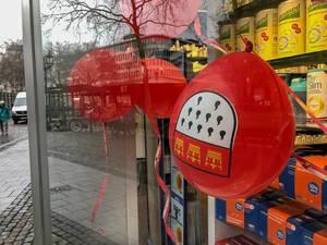 kleines Kölner Stadtwappen auf Luftballon im Schaufenster der Christoph-Apotheke