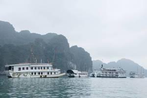 """Kleines Kreuzfahrtschiff """"Valentin"""" auf See bei Halong Bay, Vietnam"""
