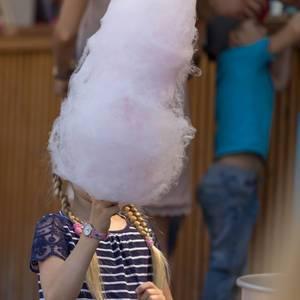 Kleines Mädchen isst Zuckerwatte