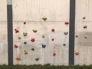 Kletterwand auf Kinder-Spielplatz